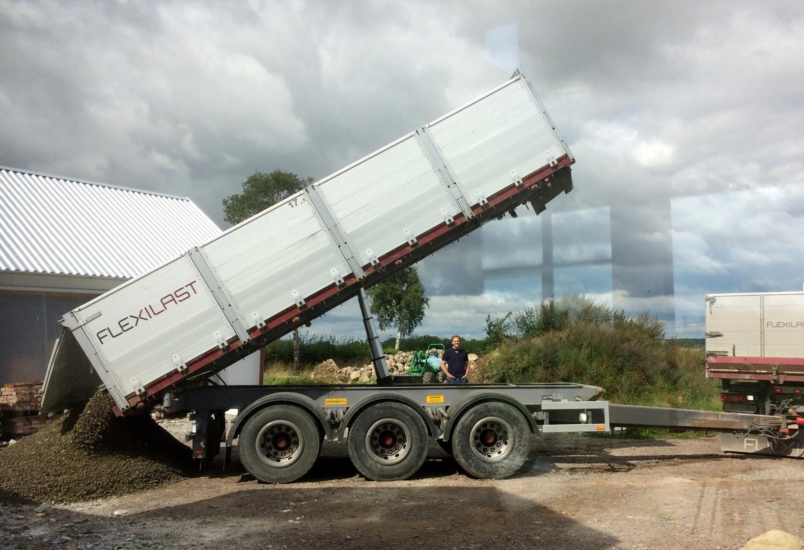 Mehr Schotter fuer eine Einfahrt zum Container