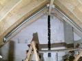 Damit das Ventilationsrohr unsichtbar bleibt, wird es in der Dachschräge versteckt