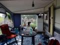 Im Vorzelt ist's schon häuslich eingerichtet - und endlich ist der Kuehlschrank in Betrieb!
